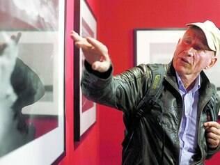 Guia. Sebastião Salgado durante visita guiada que fez com a imprensa, ontem, na Grande Galeria do Palácio das Artes, após a coletiva