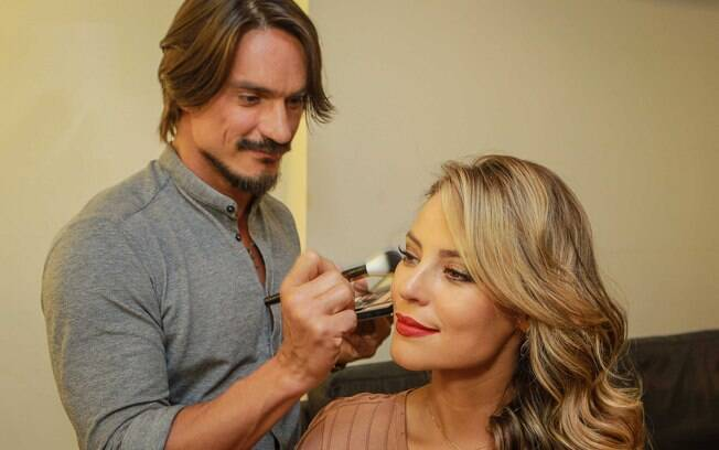 Lavoisier ensina como fazer uma maquiagem de diva, igual da Paolla Oliveira