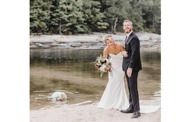 O cachorro Bernie entrou no rio enquanto tirava foto com os noivos