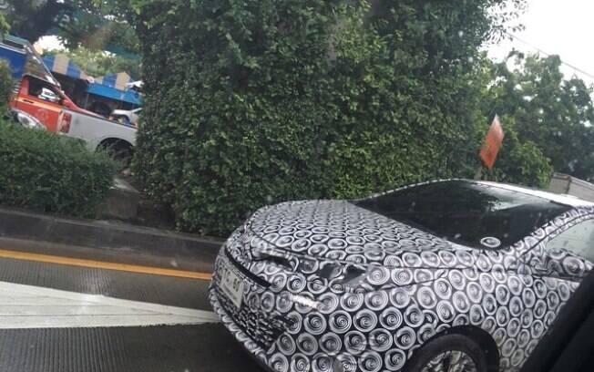 Versão renovada do Toyota Yaris é flagrada com disfarces na Tailândia. Dianteira ficará parecida com a do Corolla
