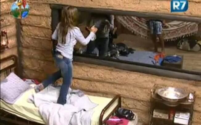 Raquel limpa um dos espelhos da Casa da Roça