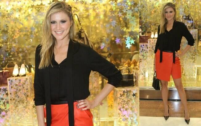 Ellen Jabour surgiu elegante ao escolher uma saia com recorte coral para quebrar a sobriedade das peças pretas