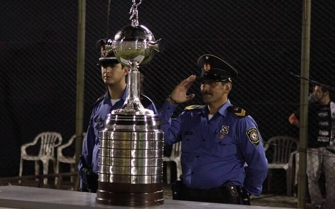 Taça da Libertadores ficou à beira do gramado  antes da partida