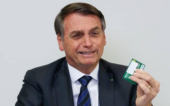 Presidente mostrou cartão durante transmissão ao vivo no Facebook