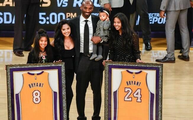 Ao lado da família, Kobe Bryant é homenageado pelo Los Angeles Lakers durante intervalo de partida contra o Warriors