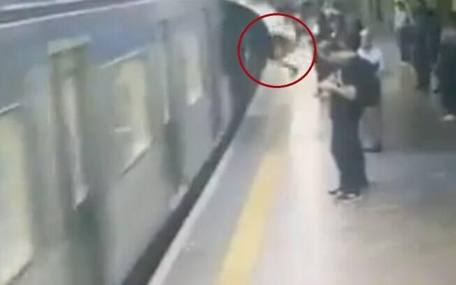 Incidente aconteceu segundos antes do trem chegar ao local e a queda da vítima foi registrada pela segurança do Metrô