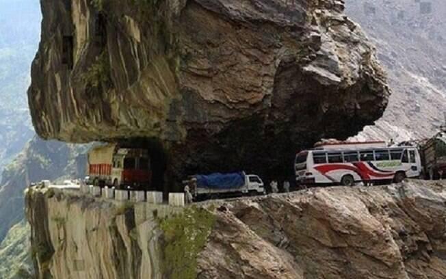 A antiga Rota da Seda é a estrada mais alta do mundo. Além da falta de oxigênio, ainda temos que enfrentar nevascas e deslizamentos de terra.