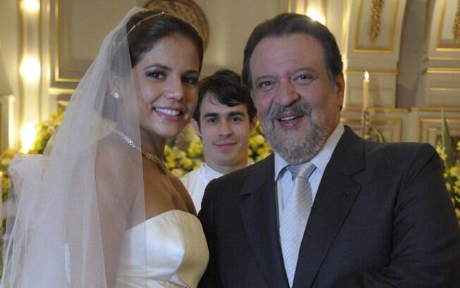 Lavínia (Nívea Stelmann) se casa com Oséias (Luís Mello) em