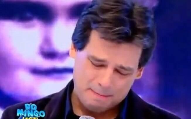 O apresentador interrompeu o discurso várias vezes para enxugar as lágrimas