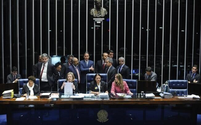 Eunício (em pé, de braços cruzados) é impedido por senadoras de ocupar sua cadeira na mesa diretora da Casa