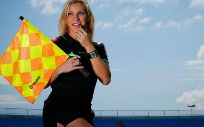 Fernanda Colombo posa sensual com o uniforme de assistente. Foto: Divulgação