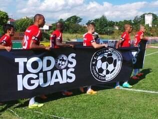 Jogadores do Colorado carregam faixa com mensagem anti-racismo