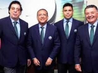 Galvão Bueno ao lado de Casagrande, Ronaldo e Arnaldo