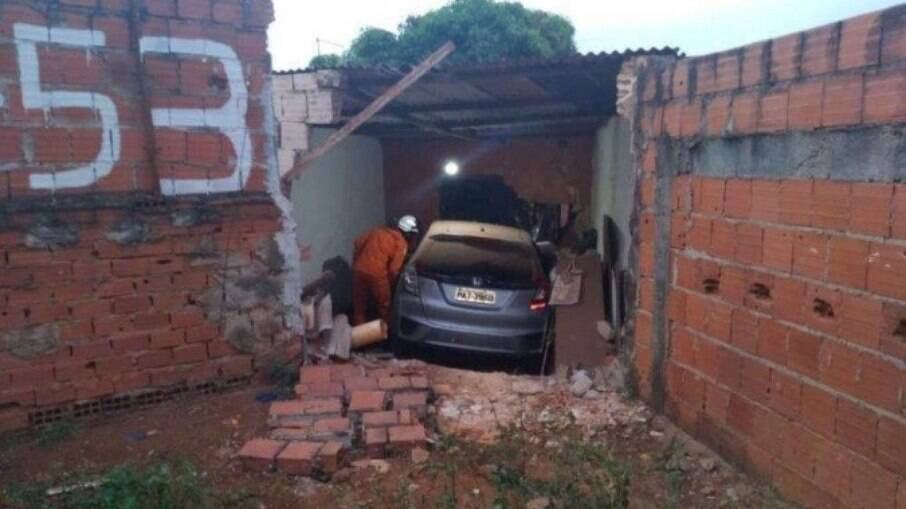 Idosa perde controle de carro, invade casa e atropela moradora