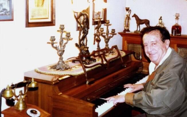 Roberto Bolaños tocando piano