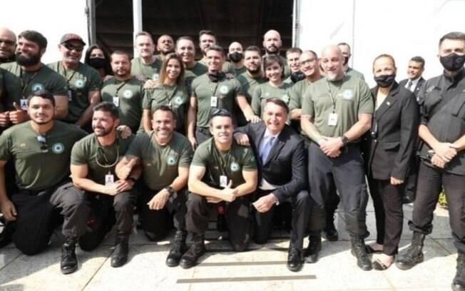 Nas redes sociais, presidente postou foto na formatura policiais, em Brasília; grupo estava sem máscara