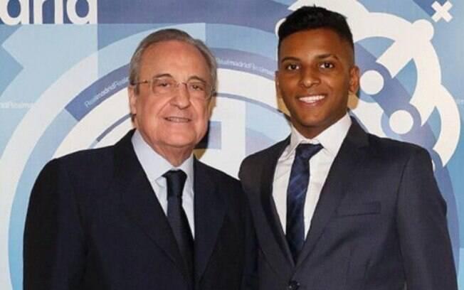 Rodrygo ao lado de Florentino Pérez, presidente do Real Madrid