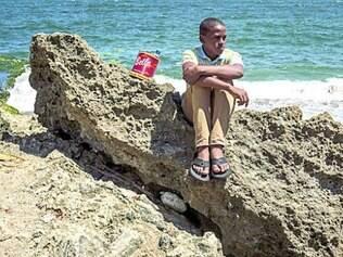 Darwin Quervedo, uma das vítimas, na praia onde sofreu o abuso