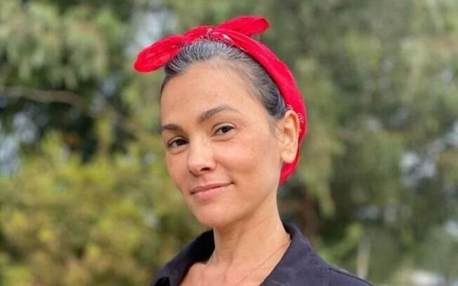 Suzana Alves, a eterna Tiazinha, mostrou o visual com os cabelos brancos com seus seguidores
