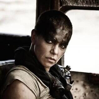 Charlize Theron interpreta a Imperatriz Furiosa no filme do diretor George Miller