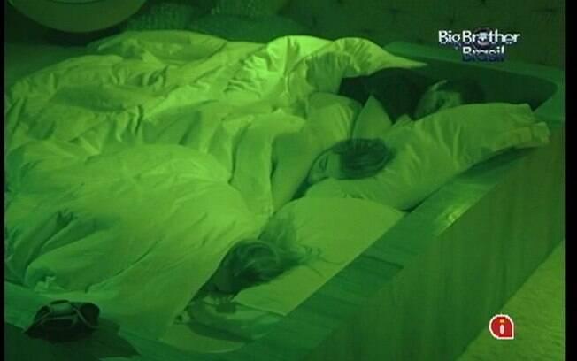 Renata divide a cama do Quarto do Líder com Monique e Rafa