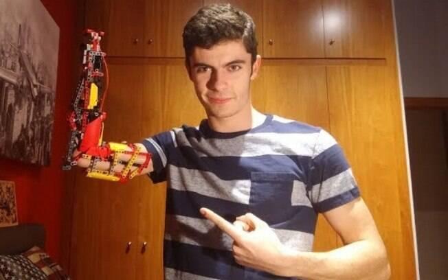 David Aguilar, de 19 anos, construiu uma prótese de braço apenas com peças de lego