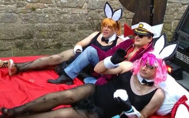 Em clima carnavalesco, padre Martínez e dois amigos decidiram ser o fundador da Playboy e suas coelhinhas em desfile