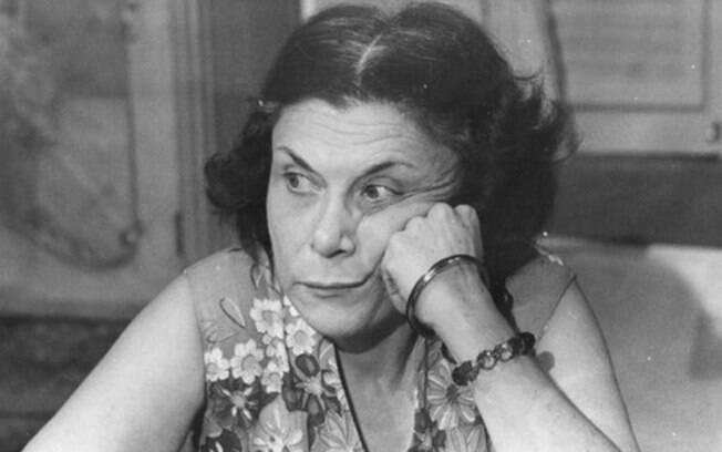 Yara Côrtes no sofrido papel título de
