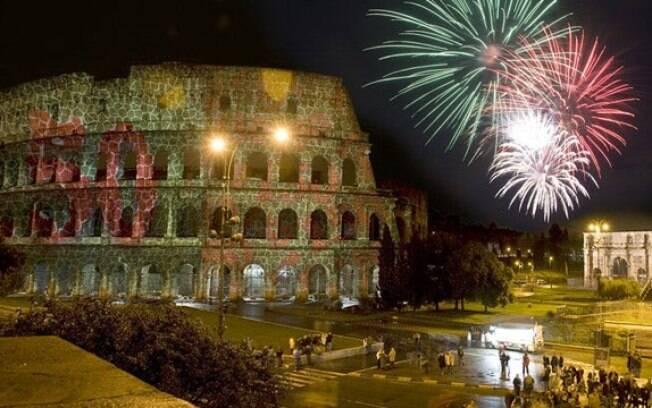 Na capital italiana, público assistiu à tradicional queima de fogos nos arredores do Coliseu