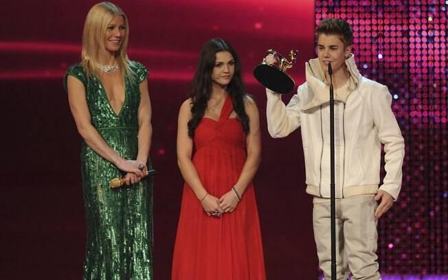 Justin Bieber com a atriz Gwyneth Paltrow e uma fã
