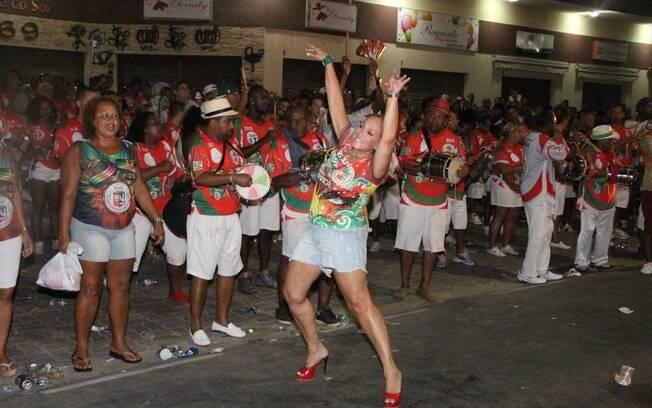 Susana Vieira cai no samba e se diverte na quadra da Grande Rio