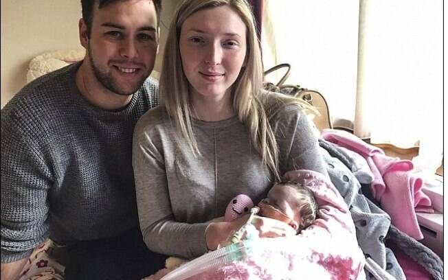 Pequena Evelyn morreu pouco tempo depois de nascer por conta de uma condição genética, e pais foram pegos de surpresa