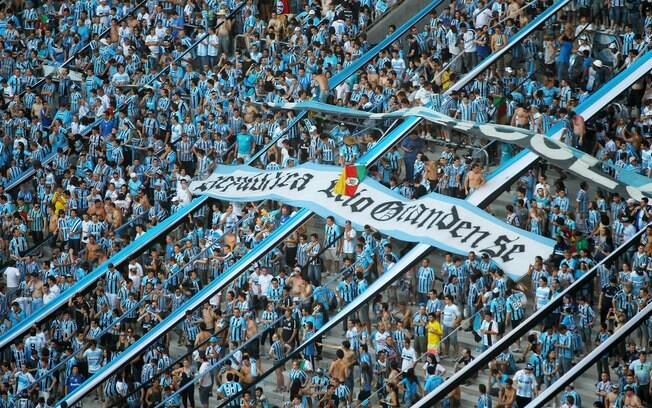 Torcedores lotam a Arena do Grêmio na festa de inauguração. Foto  Gazeta  Press 34c3b4a6d03f2