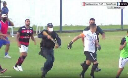 Policial atira em direção de jogador e zagueiro em jogo