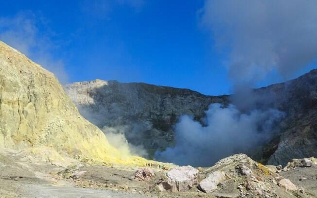 Entre fumaça e vapor de água, o vulcão ativo de White Island é um dos melhores destinos na Nova Zelândia
