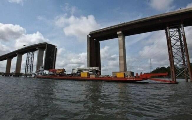 Parte da ponte do rio Moju foi destruída após embarcação se chocar com pilar