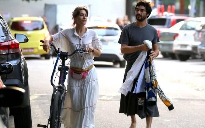Luisa Arraes e Caio Blat em passeio no Rio de Janeiro