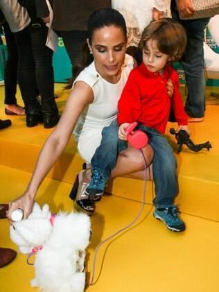 Wanessa se diverte com um fã em evento em São Paulo