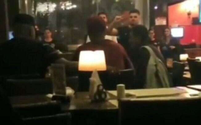 Deyverson estava em restaurante na Vila Madalena e convidou mulher que pedia dinheiro para jantar