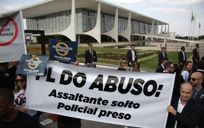 Manifestantes em ato em frente ao Palácio do Planalto contra a lei de abuso de autoridade