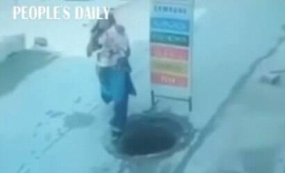 Mulher com bebê no colo cai em buraco na Índia; veja vídeo