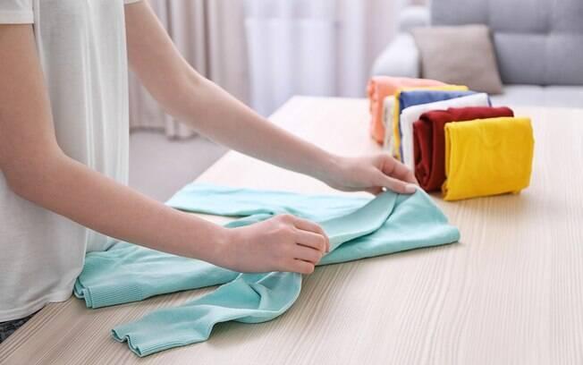 Dobrar as roupas corretamente ajuda a preservar as peças, economizar espaço e organizar o guarda-roupa; confira