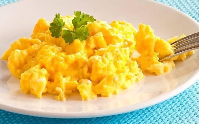 Ovos mexidos trazem proteína para a primeira refeição do dia
