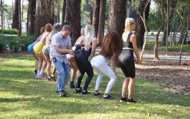 Candidatas ao Miss Bumbum ensinam a fazer exercícios durante uma matéria realizada por uma emissora de TV da Rússia
