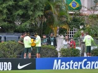 Paulinho, Thiago Silva e Fernandinho atende aos fãs na Granja Comary