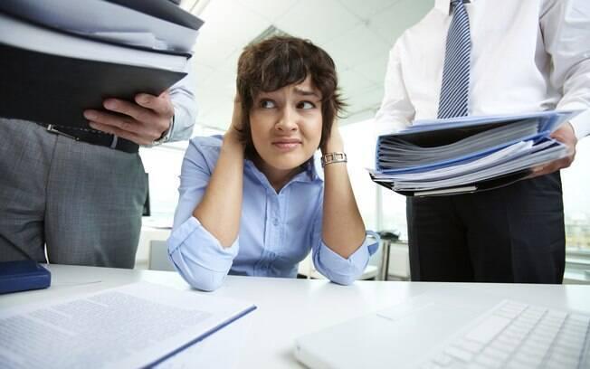 mulher ansiosa no trabalho