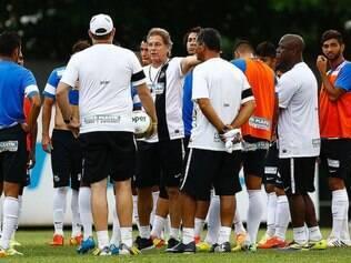 Oswaldo de Oliveira passa últimas instruções aos seus comandados antes de decisão do Paulista