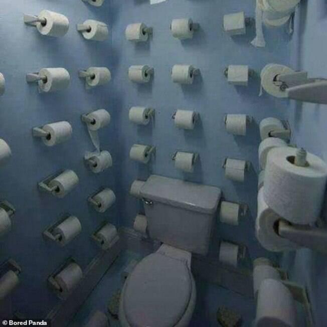 banheiro com vários rolos de papel