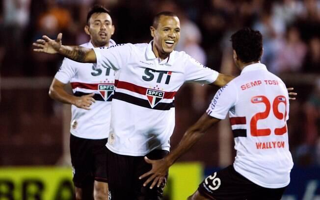 Luis Fabiano comemora gol do São Paulo contra  o Paulista