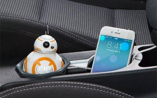Outro integrante do universo geek que pode te ajudar nas viagens é o carregador veicular em forma de BB-8